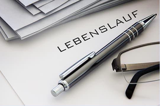 Ein Stift liegt auf einem Papier mit der Überschrift Lebenslauf